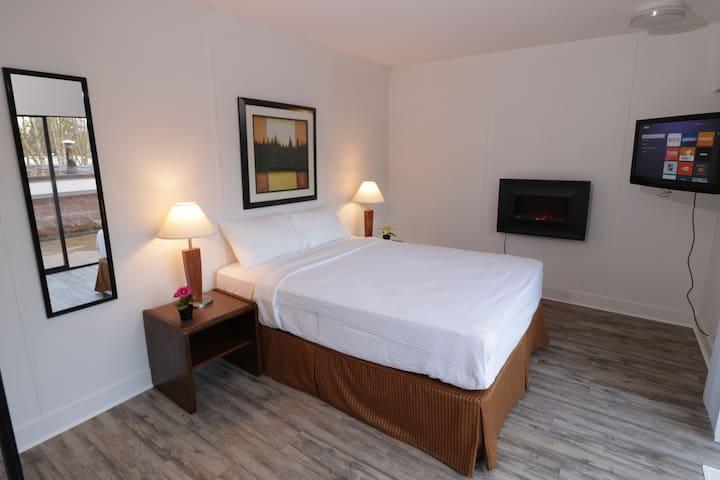 Riviera Hobby Farm  Room #2 Queen Bed,Patio&Firey