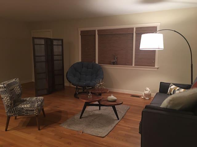 Quaint bedroom in brick house - Williamsburg - Hus