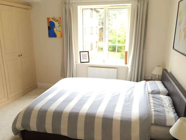 Large double bedroom with separate bathroom - Bournemouth - Apartment