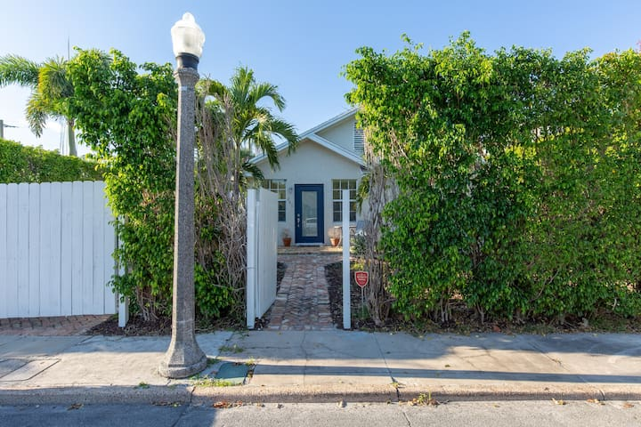 Adorable 1920's bungalow in safe WPB neighborhood!