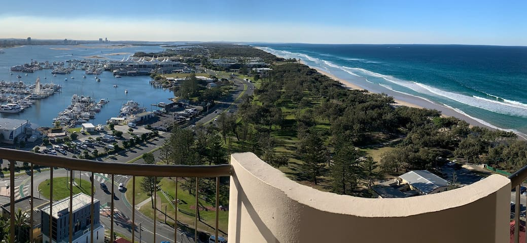 SPECTACULAR BROADWATER/SPIT FAMILY FRIENDLY HOME