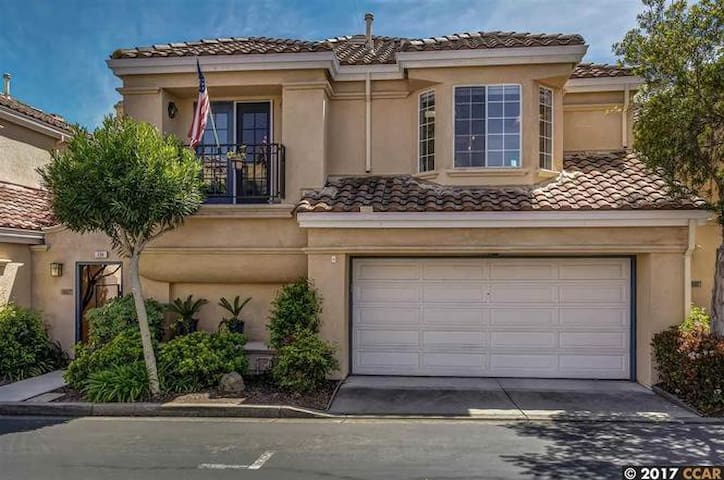 San Ramon home for professionals
