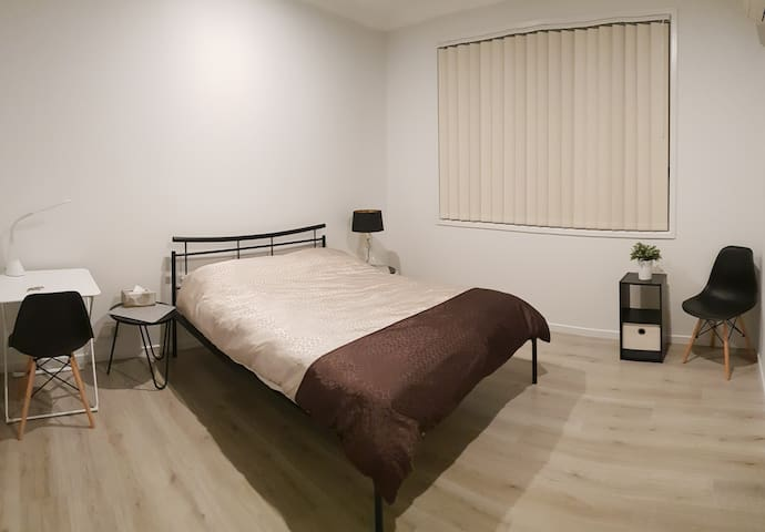 Clean & Spacious Ensuite Bedroom in Brand New Home