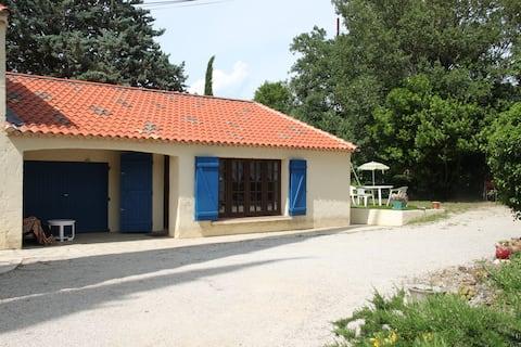 Maison en Provence avec jardin arboré , au calme