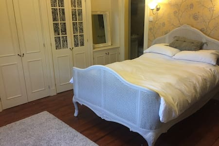 Double room beside Epsom Downs in village location - Epsom - Dom