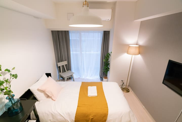 bedroom, two single beds, tv, air-conditioning ,and small table。 卧室,两个单人床,电视, 空调和小桌子。