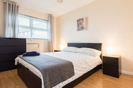 Newly Refurbished 2 Bed next to the Tube - Apartamento