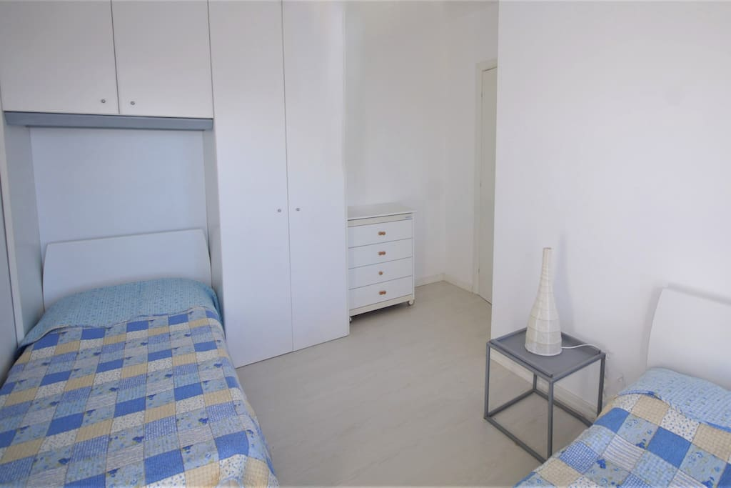 Camera con due letti singoli | Bedroom with two single beds