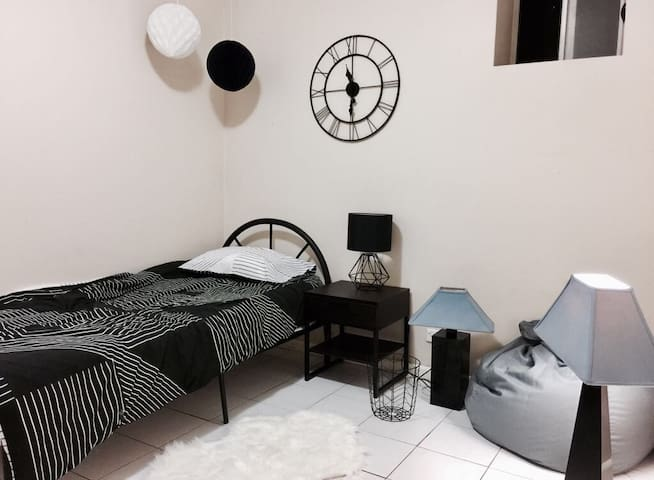 Retro style room w/ huge gardens & parking - Eastwood - House