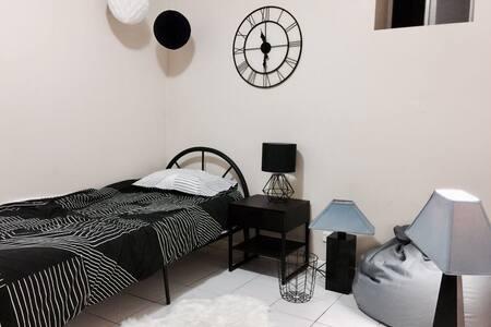 Retro style room w/ huge gardens & parking - Eastwood - บ้าน