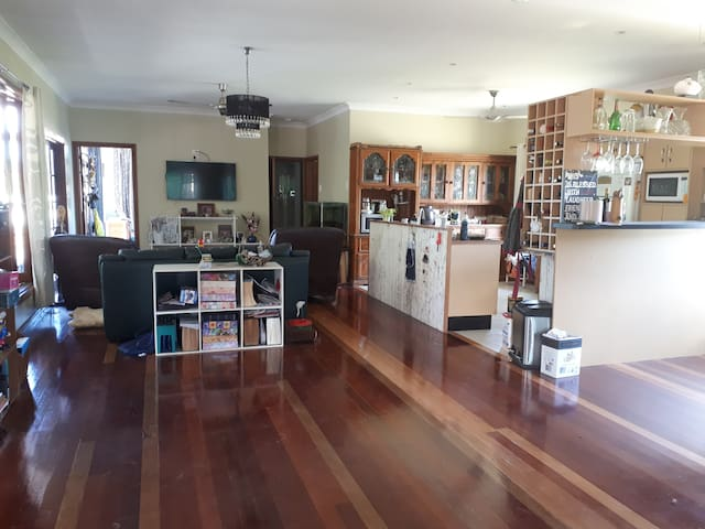 3 Pines Retreat: Single upstairs room with private