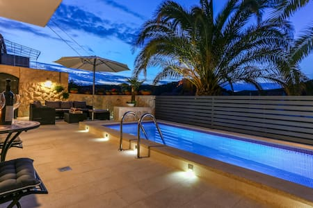 Deluxe Apartment in centre with private pool