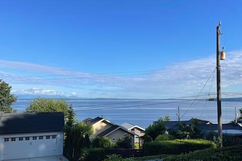 Large 1 BDRM near Alki Beach w/ Water & Mtn Views
