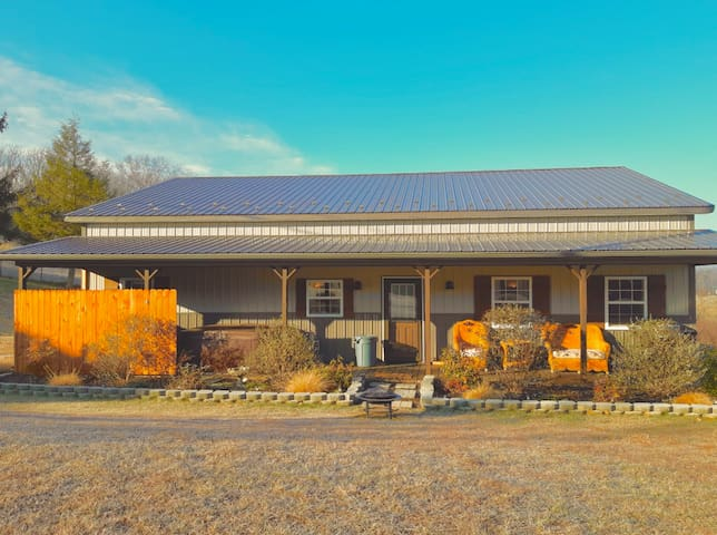Pond Hill Guesthouse- 2 Bedroom w/Hot Tub & WiFi!!