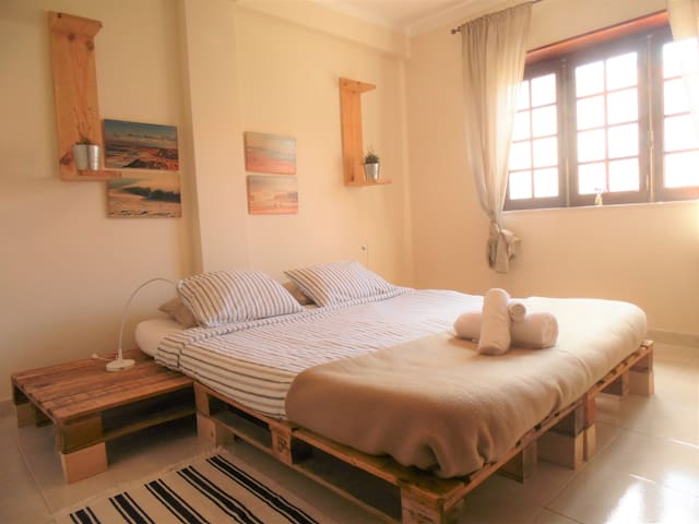 Double room by the beach - private bathroom