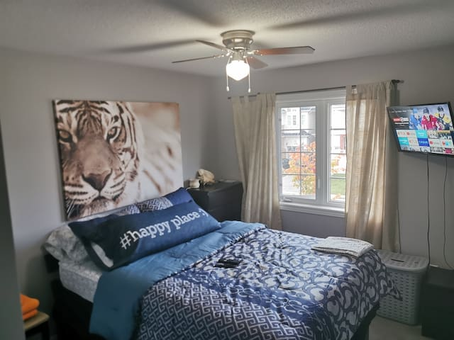 Safari House- Queen Bed near Durham College