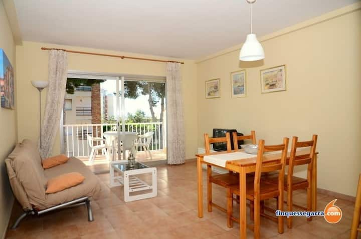 Apartment with terrace very close to the sea