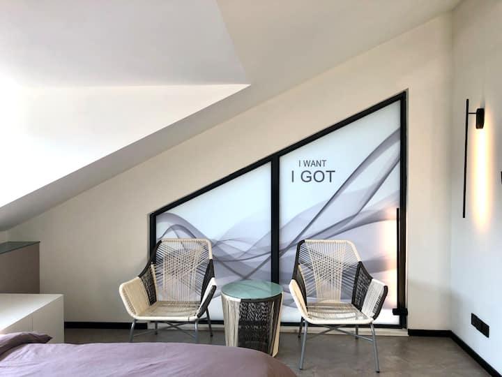 我行我宿•302玉屏房•天台湖景大床房•白色调玻璃卫浴•晒晒太阳吹吹风的小露台