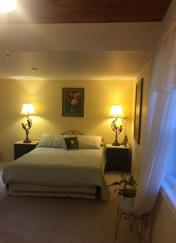 Cozy retreat: nice & very private room near lake - Camdenton - บ้าน