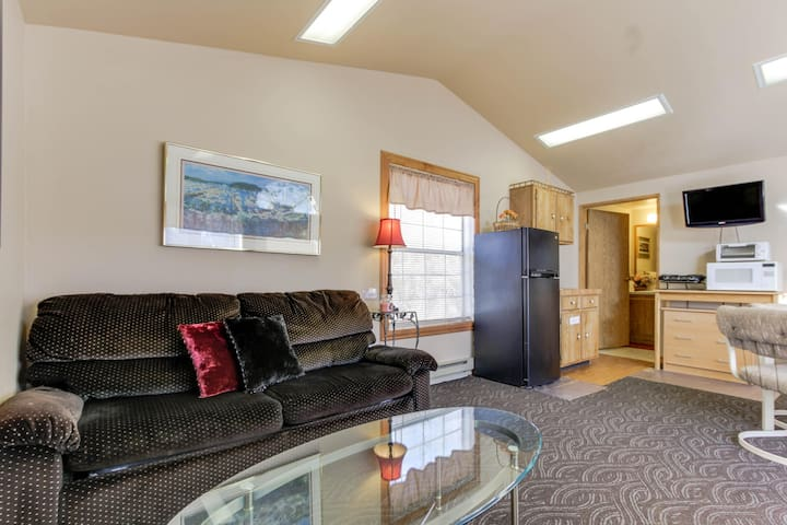 Dog-friendly lakefront cabin w/ complimentary boat slip - great location!