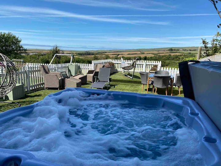 Sea Glimpse Amazing views, Hot tub & Barrel sauna.