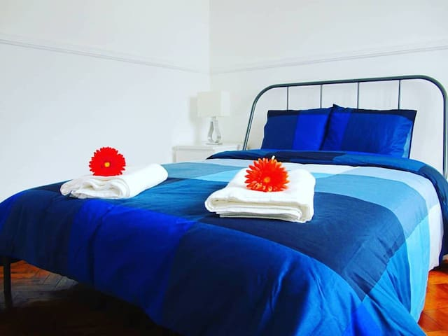 quarto 02 - cama de casal, mesa de cabeceira com abajur, mesa de refeição/trabalho com 2 cadeiras, armário de roupas. mobília nova