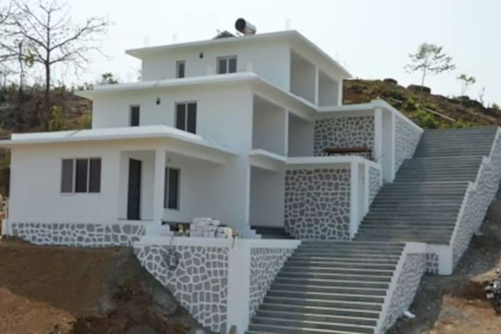 Exclusive 6BHK bungalow conveniently located