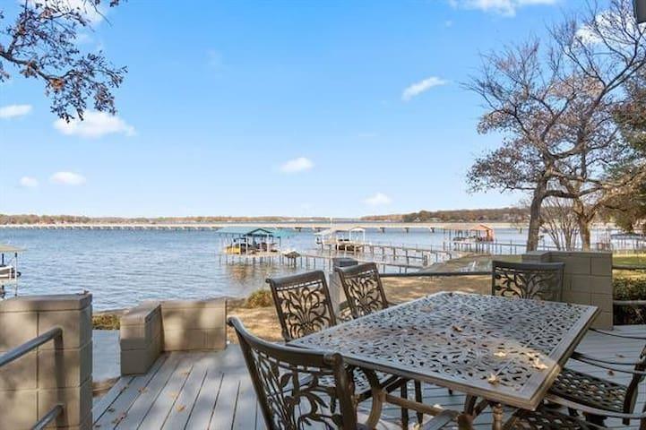 Stay at Cedar Creek Prestigious  Lakehouse!