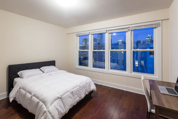 Bright and spacious room minutes away from NYC, 5B - Jersey City - Řadový dům