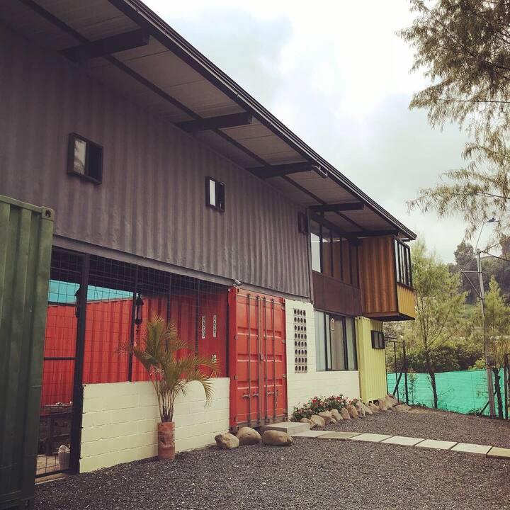 Container Hostel / Hostel en contenedores