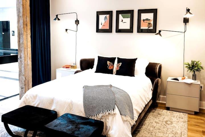 Bedroom 419 with ensuite Bath View 1 / Queen Bed
