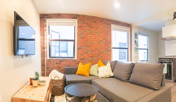 Chic Market Apt Steps from Pike Place Sleeps 4