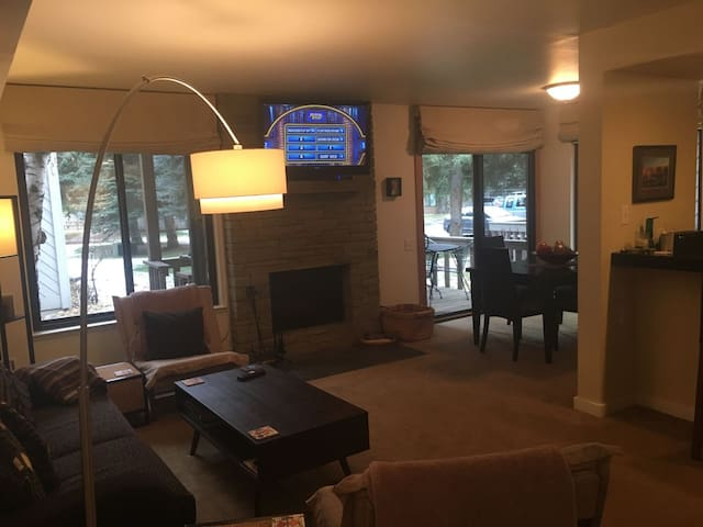 #139-Hot Tub, Pool, Spa, Common Game Room, 10 minute Walk to Town & Lifts