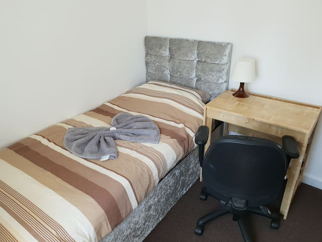 Bright & comfortable single room in shared house 6