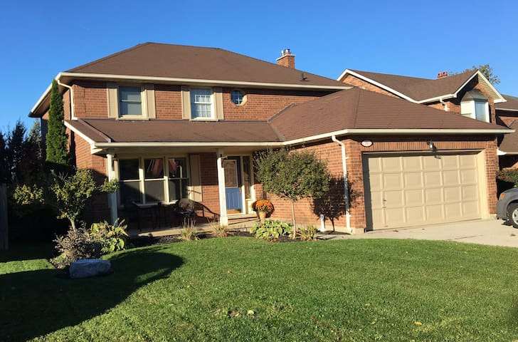 Four bedroom home minutes from 401