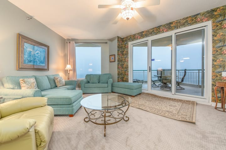 Dog Friendly, Gulf-Front Condo w/Large Terrace, Awesome Amenities!