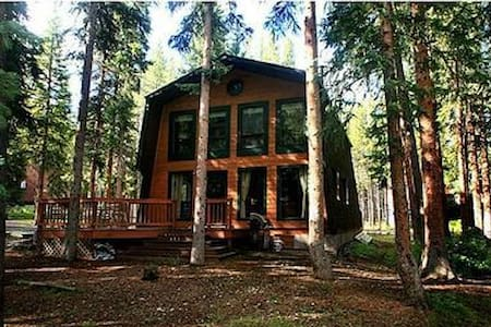 Cozy Creekside Cabin.  4 miles to Main Street!