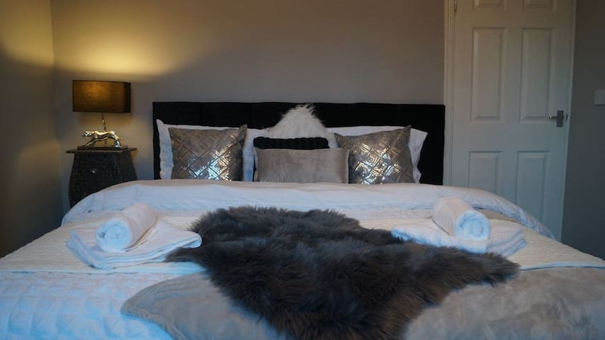 New townhouse/Great location J26 M1/Super king bed
