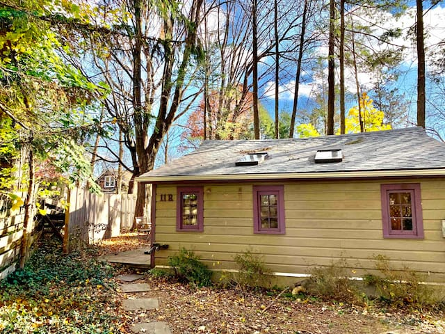 Avail 8/1: In-town Woodstock Cottage/no car needed