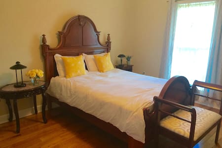 Charming room in a beautiful house - Tallahassee