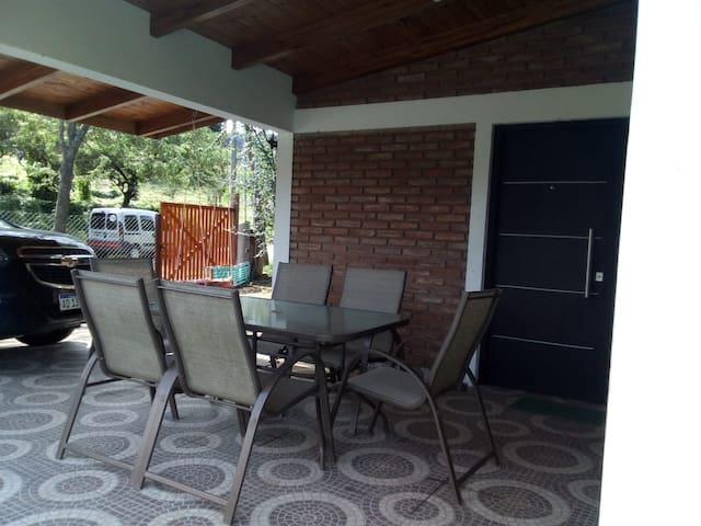 Galeria con asador, mesada con pileta y mesa de patio con 6 sillas.
