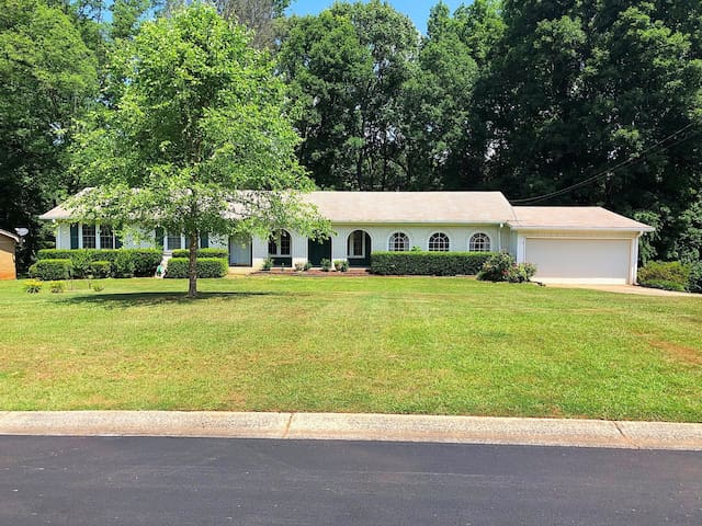 Spacious Spanish-style Ranch Convenient to ATL