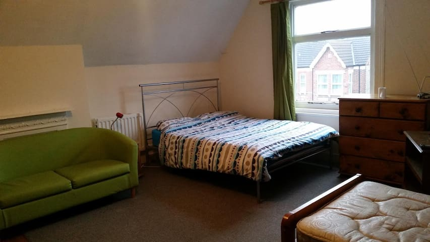 Enormous room in Bedford - Bedford - Casa