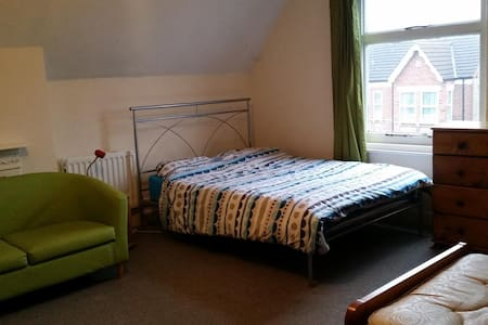 Enormous room in Bedford - Bedford - House