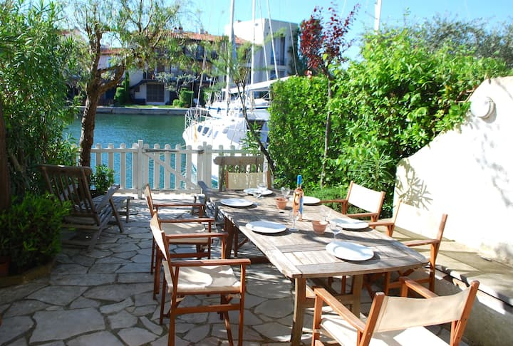 Enlarged house with WIFI and a 10m mooring close to the beach