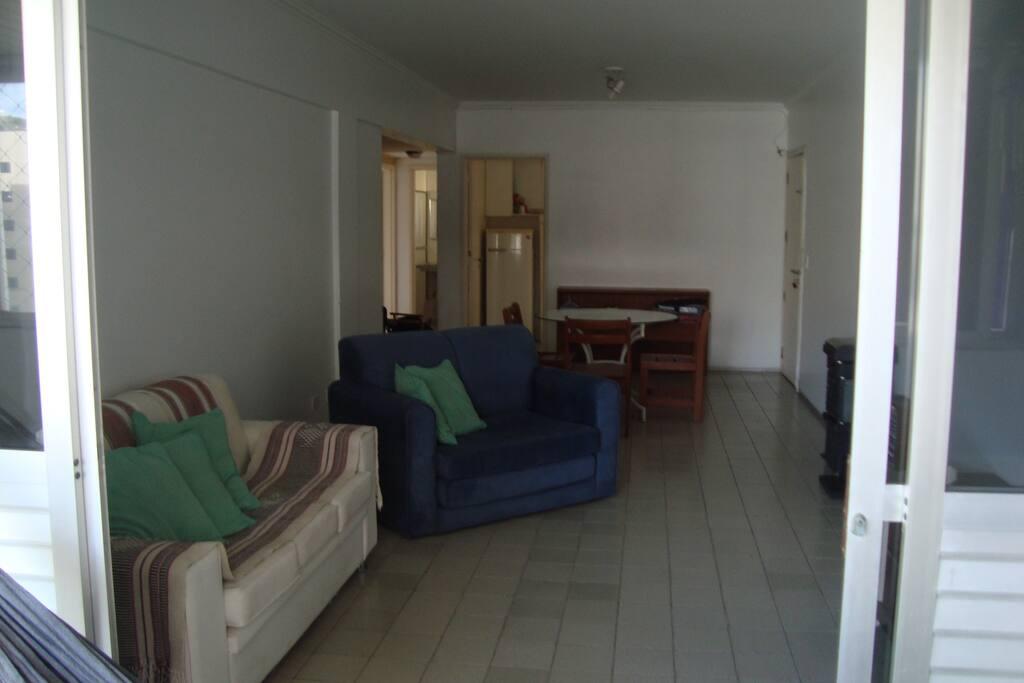 Varandão, sala estar/jantar; ao fundo, acesso à coz/área serv.