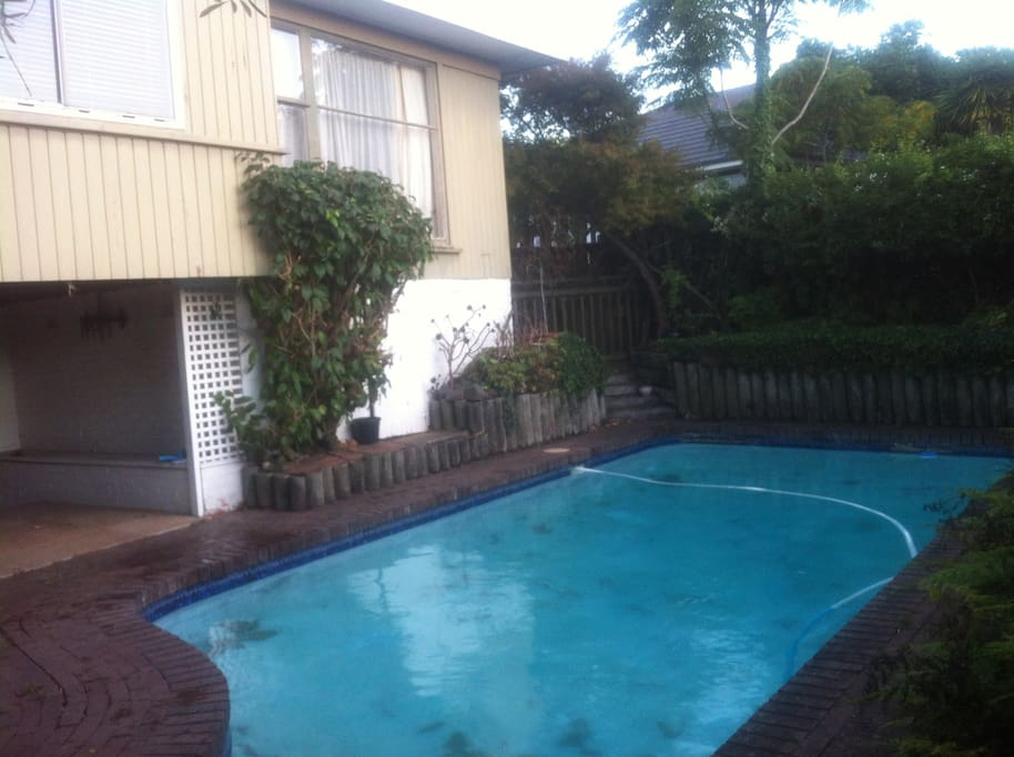 Kohimarama beach swimming pool house houses for rent in for Swimming pool design new zealand