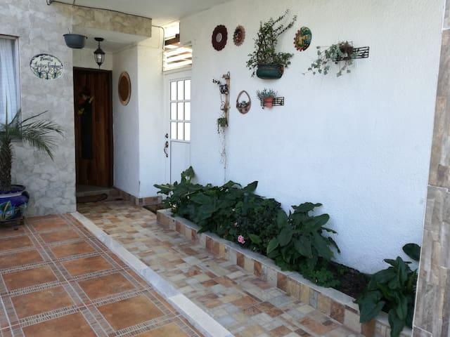 Habitación apacible en ubicación ideal