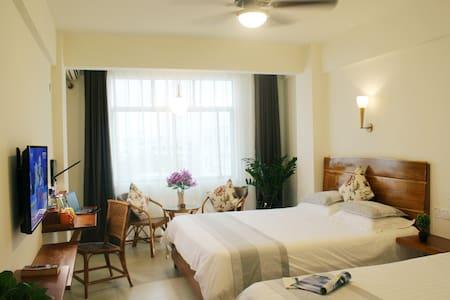 Sunny Sanya-Family Room & 3 buffet breakfasts - Bed & Breakfast