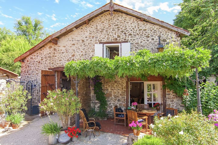 Vrijstaande romantische cottage met gebruik van zwembad, terrassen en grote tuin